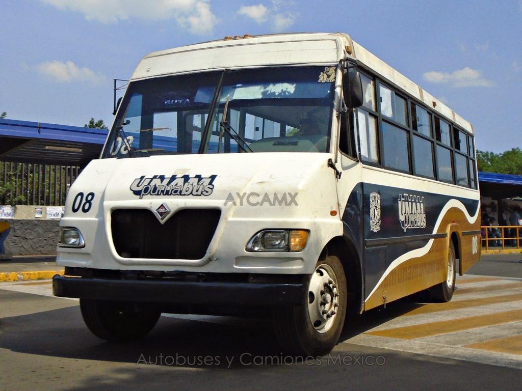 UNAM構内を走っているPuma bus。いくつもの路線があり、キャンパスをくまなく移動できるので大変便利だ。
