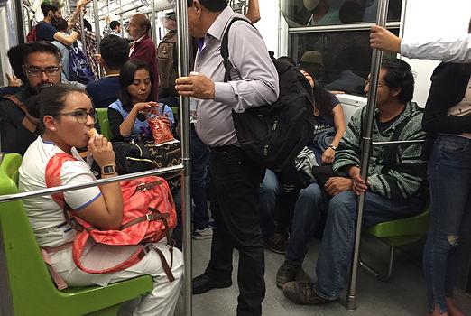 メキシコシティ、地下鉄、車内