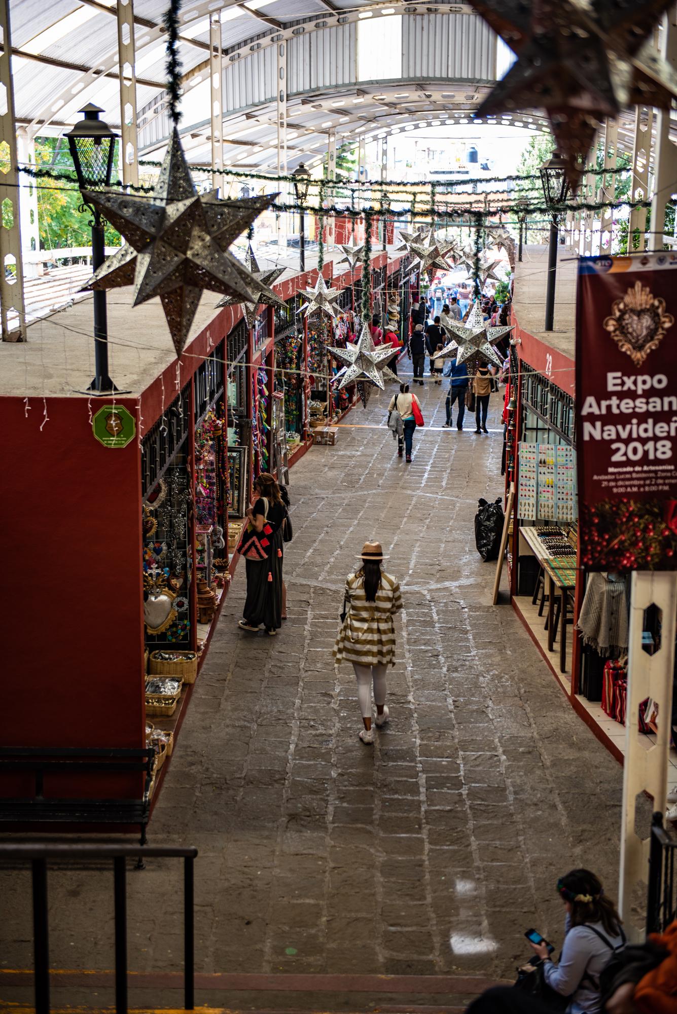 アルテサニアス市場はサン・ミゲル随一の巨大民芸品市場です。