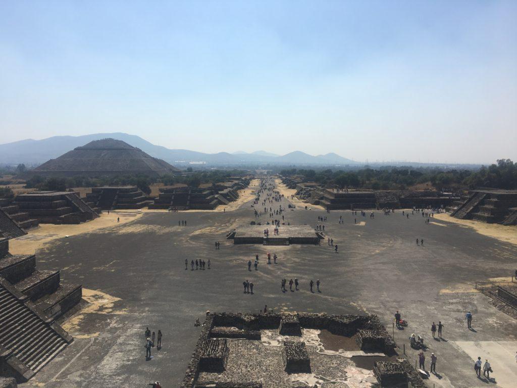月のピラミッドからはテオティワカン遺跡を一望できる。