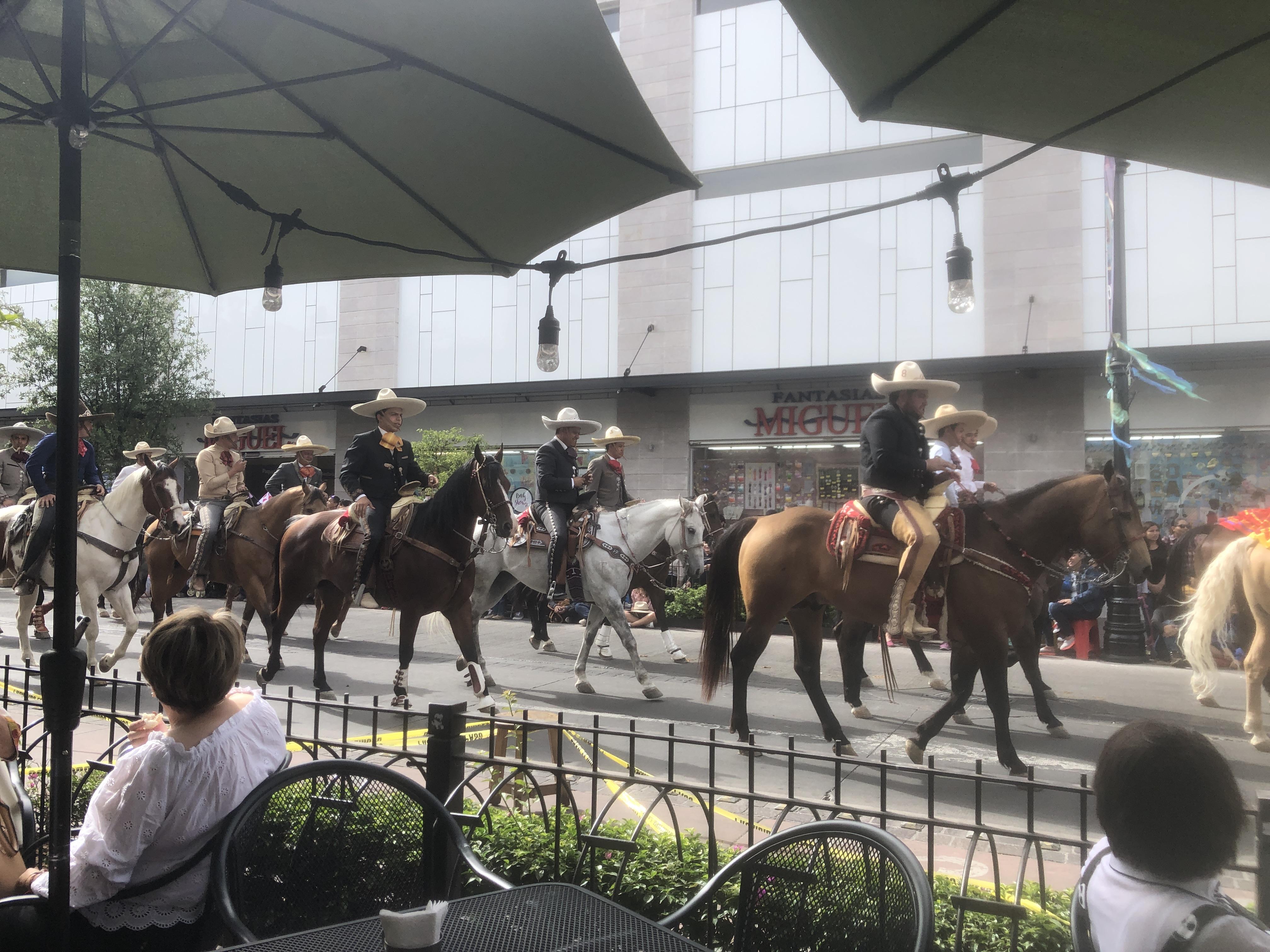 アグアスカリエンテスを横断するパレード