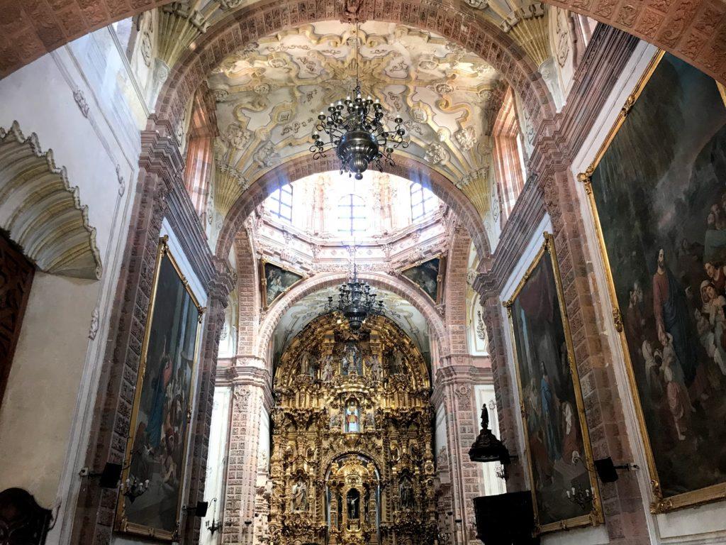 valencianaの豪華絢爛な教会の中。