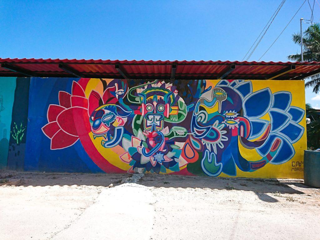 bacalarの街の様子。青い空とアートが特徴。