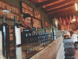 Finca VAIでのワインのテイスティングの様子。