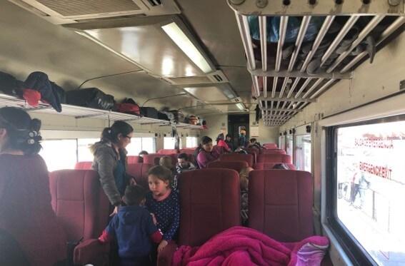 チワワ太平洋鉄道の列車が通る。ローカル列車の様子は地元民であふれている。
