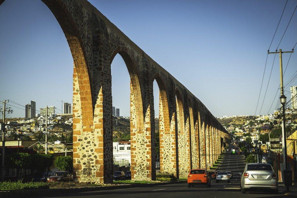 街の中に溶け込む水道橋。 ケレタロは、18世紀にはメキシコ第3の都市として知られていました。